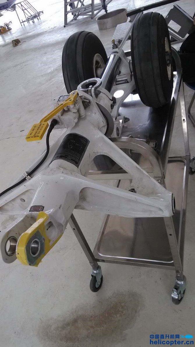 无损探伤顾名思意即是在不破坏直升机结构部件的情况下,用先进的仪器设备对结构部件表面和内部可能发生的裂纹或缺陷进行检查,以使维护人员对飞机结构的工作情况有个更加清晰的了解。而对于直升机检查方面来说,常用的无损探伤的方法主要有X光射线探伤、超声波探伤、磁粉探伤、荧光渗透探伤、涡流探伤等。  今年3月9日江西昌河阿古斯特直升机有限公司(以下简称CAH)对广西警航的AW139型直升机起落架连接部位进行了无损探伤的检查,利用的是荧光渗透探伤方法,目的是检查起落架与机身结构连接部位可能会出现的裂纹或者损伤,最终检查